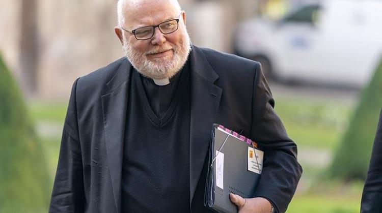 El cardenal alemán Reinhard Marx llega a la Iglesia de Hamburgo. | EFE