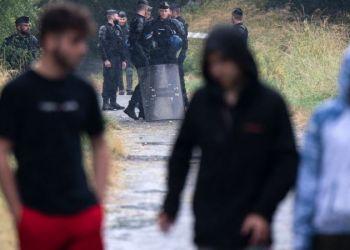 Oficiales de la Policía desalojan a los jóvenes de la fiesta clandestina en Rennes, este sábado. / Foto: AFP.