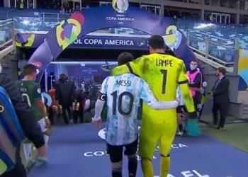 Carlos Lampe junto a Lionel Messi