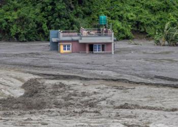 Un edificio parcialmente sumergido bajo el agua después de que las lluvias torrenciales provocasen el desbordamiento del río Melamchi.   EFE