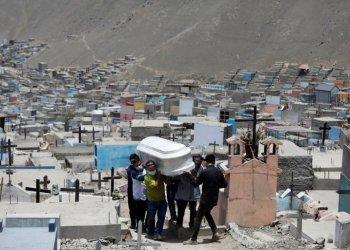Miembros de la familia llevan el ataúd de un hombre que murió de la enfermedad del coronavirus (COVID-19) en un cementerio, en Lima, Perú 27 de enero de 2021 (Reuters)