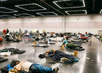 """Un grupo de personas descanse en un """"centro de refrigeración"""" de Portland, en el estado estadounidense de Oregón, golpeado al igual que Canadá por una ola de calor Foto: AFP."""