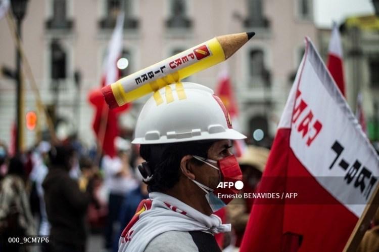 Partidarios del candidato presidencial de izquierda de Perú por el partido Perú Libre, Pedro Castillo, marchan en Lima el 19 de junio de 2021. Foto: AFP.