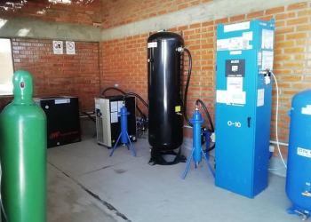 El ministro de Salud y Deportes, Jeyson Auza, entregó este martes la autorización de funcionamiento a la planta generadora de oxígeno de la Universidad Mayor de San Andrés (UMSA).