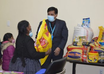 Ministerio de Educación, Adrián Quelca entregando víveres