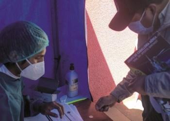 En Viacha, en una carpa, el personal entrega los certificados. Foto:Carlos Sánchez / Página Siete.