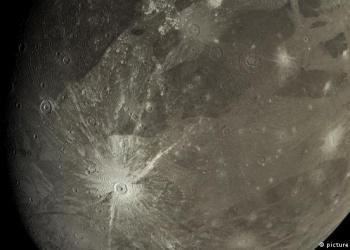La nave espacial Juno de la NASA voló más cerca de la mayor luna de Júpiter, Ganímedes, que cualquier otra nave espacial en más de dos décadas, ofreciendo dramáticos destellos tanto del orbe helado como del gigante gaseoso.