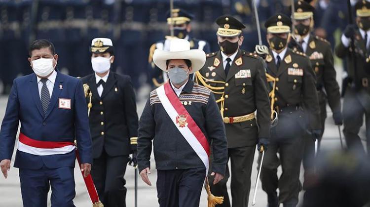 El presidente de Perú, Pedro Castillo (der.) participa en el desfile militar por las fiestas patrias, ayer.   EFE