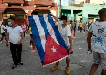 Un hombre ondea una bandera cubana durante la manifestación contra el gobierno del presidente Miguel Díaz-Canel, el domingo. Foto: AFP.
