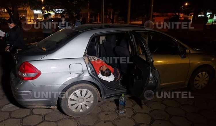 El hombre permanecía recostado en su vehículo a la espera de recibir atencióón (Leo Gil)