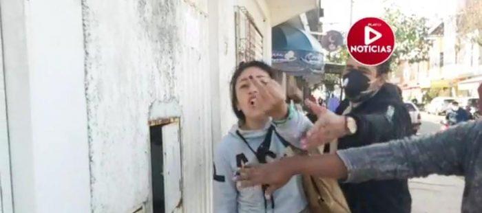 La mujer agredió y amenazó al periodista