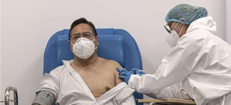 El Presidente Luis Arce recibe la primera dosis de la vacuna Sputnik V. Foto archivo