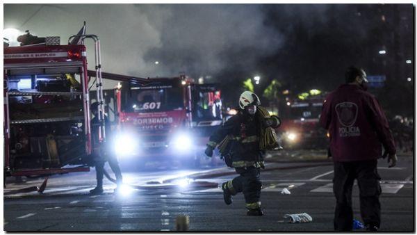 Dos bomberos muertos y seis heridos por explosiones e incendio en una perfumería