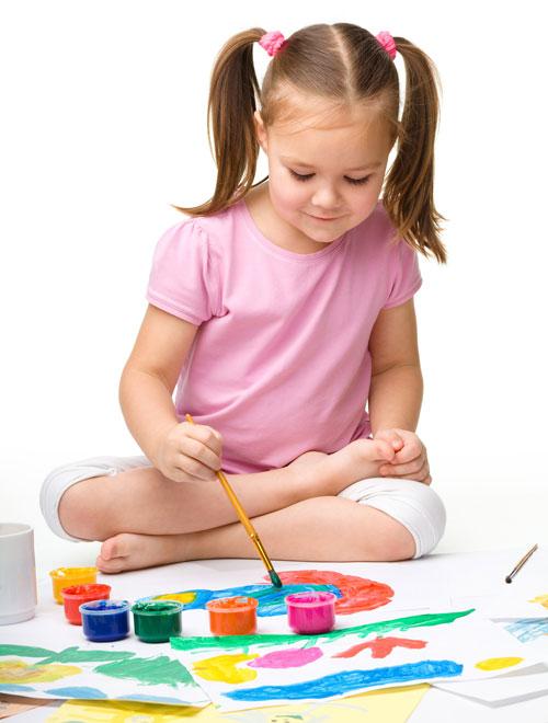 Nena pintando