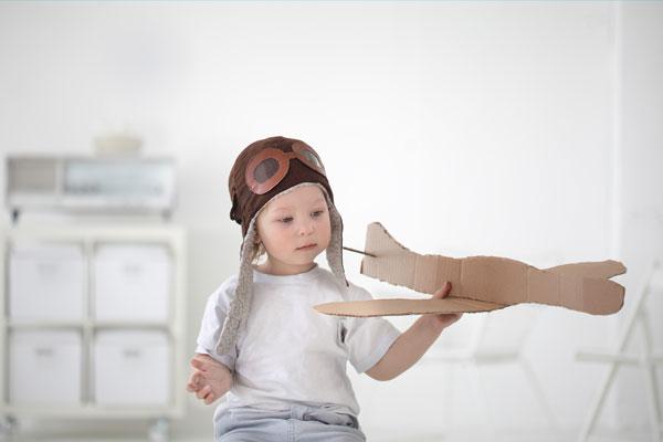 Nene con avioncito descartable
