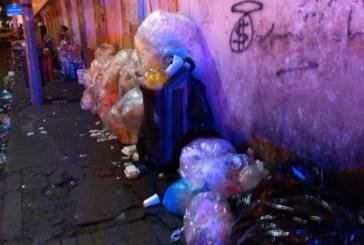 La basura y las aguas negras se acumulan frente a la Puerta del Conde