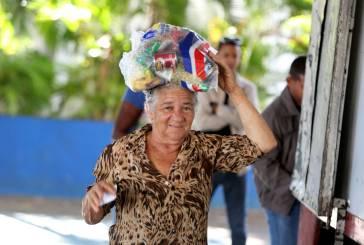 Despacho Primera Dama entrega  alimentos a familias  pobres