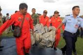 Salen a flote 40 cadáveres del avión  AirAsia frente a la Isla de Borneo