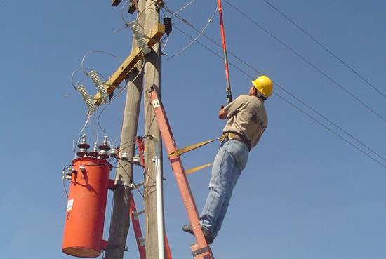 La UERS inaugura redes eléctricas en comunidades de Elías Piña