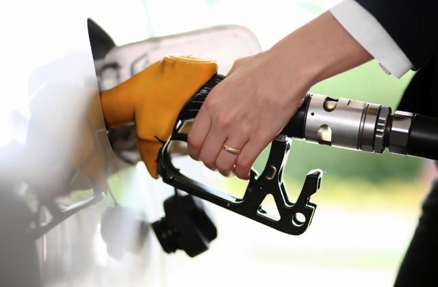 Gobierno dispone aumentos entre 5, 2 y un peso a precios de combustibles