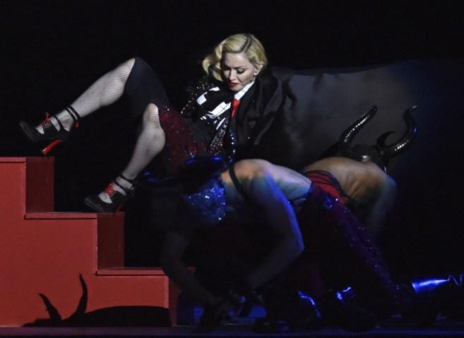Madonna sufre caída durante la entrega de los premios Brit Awards