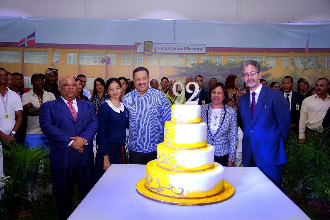 Empleados de la JCE celebran con un brindis los 92 años de la institución