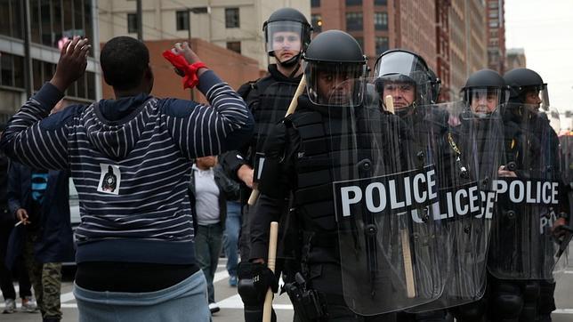 El Estado de Sitio permanece en Baltimore; heridos y destrucción de propiedades