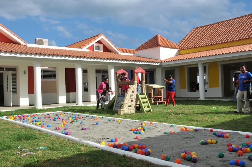 Medina inaugura estancia infantil y una escuelaen San Pedro de Macorís