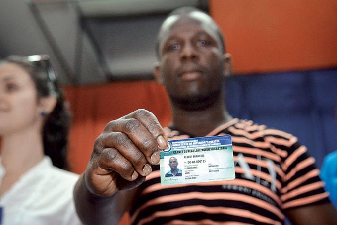 El MIP inició la entrega de carnés a extranjeros que acudieron a regularizarse