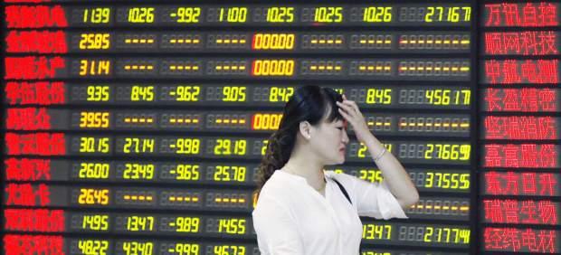 El Banco Central chino rebaja los tipos de interés para atajar la crisis bursátil