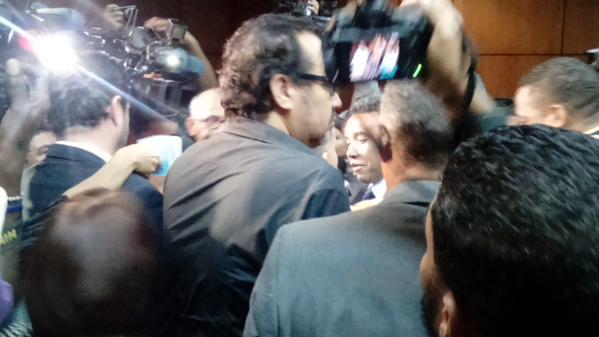 Seguridad de Félix Bautista golpea camarógrafo, insulta y empuja a periodistas