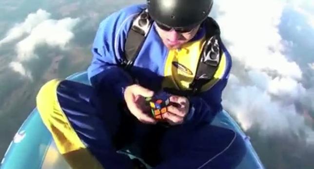 Paracaidista resuelve el cubo Rubik a 4,300 metros de altura