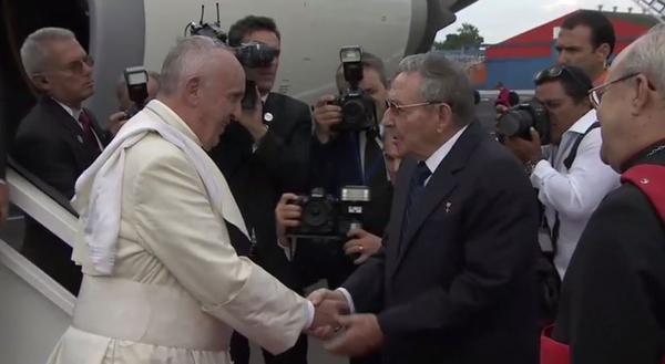 El Papa Francisco llega a La Habana. Lo recibe Raúl Castro