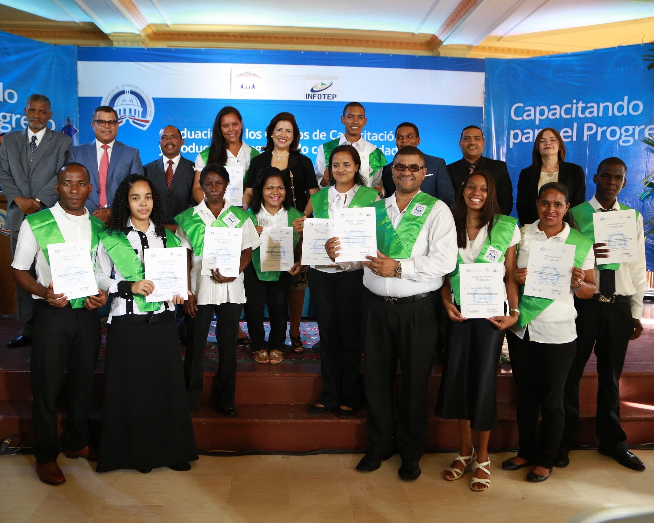 Progresando con Solidaridad gradúa 2,799 técnicos en San Cristóbal