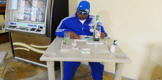 Velan a hombre jugando dominó dentro de un bar en Puerto Rico