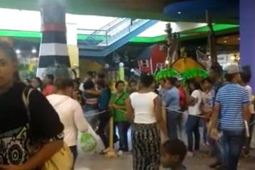 Black Friday. Cientos de mujeres hacen fila para comprar extensiones de pelo
