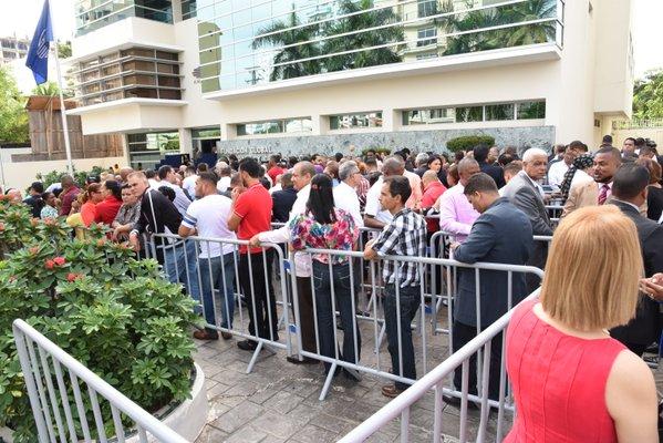 La gente se empuja en Fundglode para lograr felicitar a Leonel
