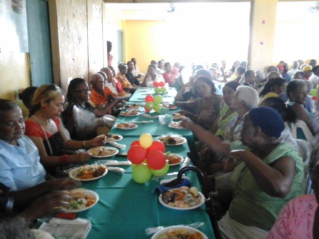 Cientos de envejecientes de escasos recursos económicos reciben cena navideña