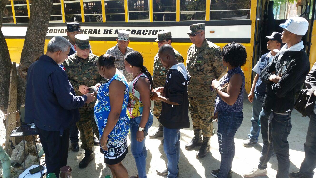 Director de MIigración y jefe del Ejército recorren la frontera