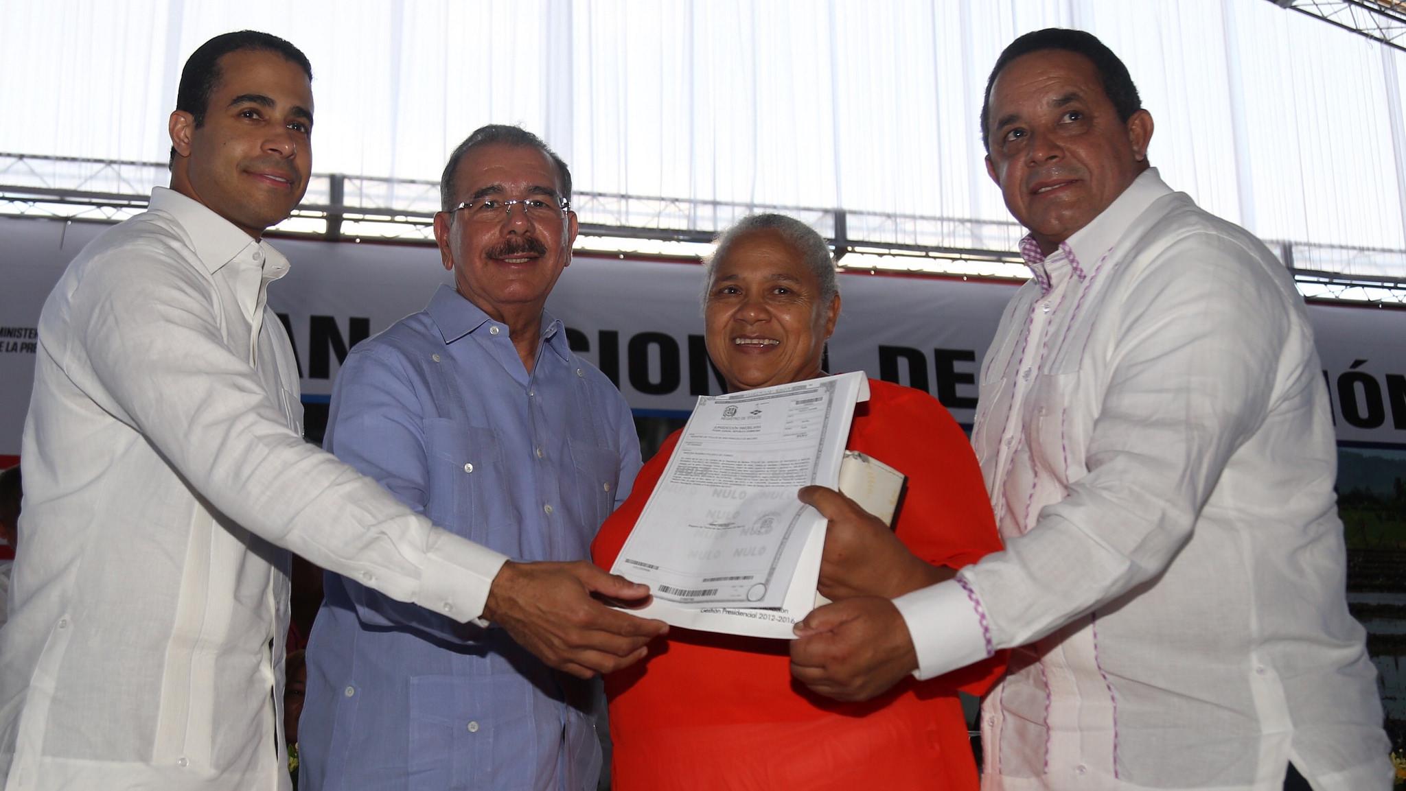 Medina entrega 3,587 títulos en provincia Duarte
