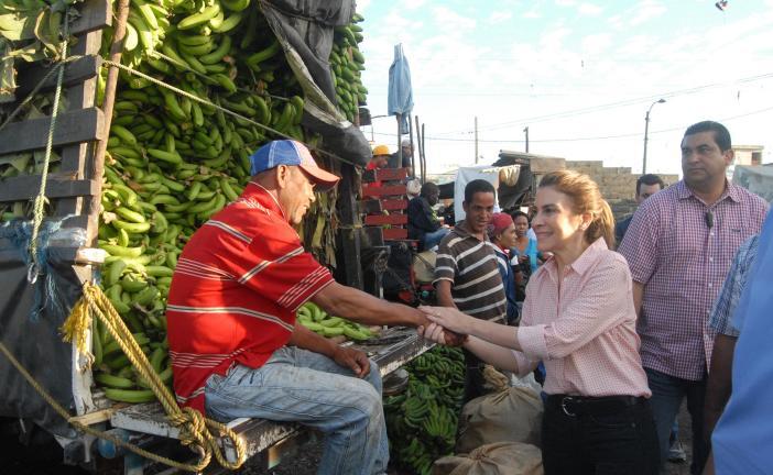 Carolina Mejía visita mercado de la Duarte