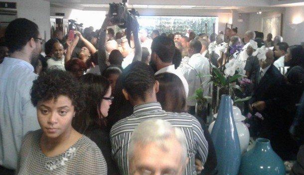 Gentío acude a funeraria donde exponen cuerpo del asesinado Aquino Febrillet