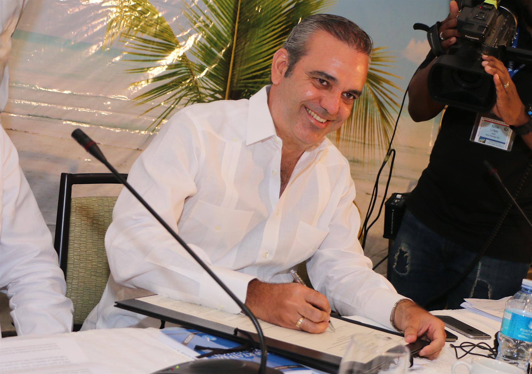 Abinader afirma proceso electoral requiere independencia de la prensa