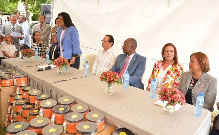Cristina Lizardo y el embajador de Taiwan entregan trampas de mosquitos para evitar  enfermedades