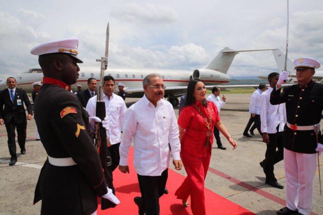 Tras llegar a Panamá Danilo Medina felicita panameños por ampliación del canal