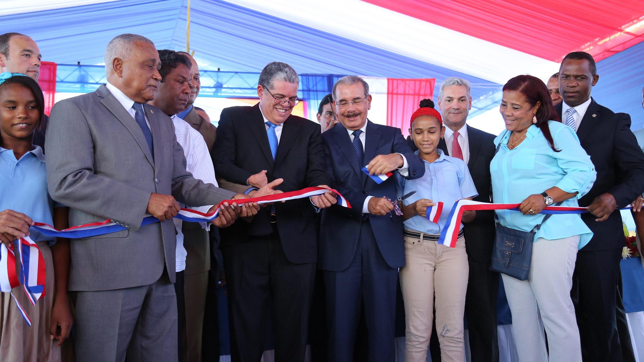 Medina inaugura tres escuela y una biblioteca en Barahona