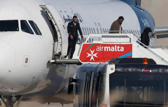 se entregaron los secuestradores del avión libio tras liberar a todos los rehenes