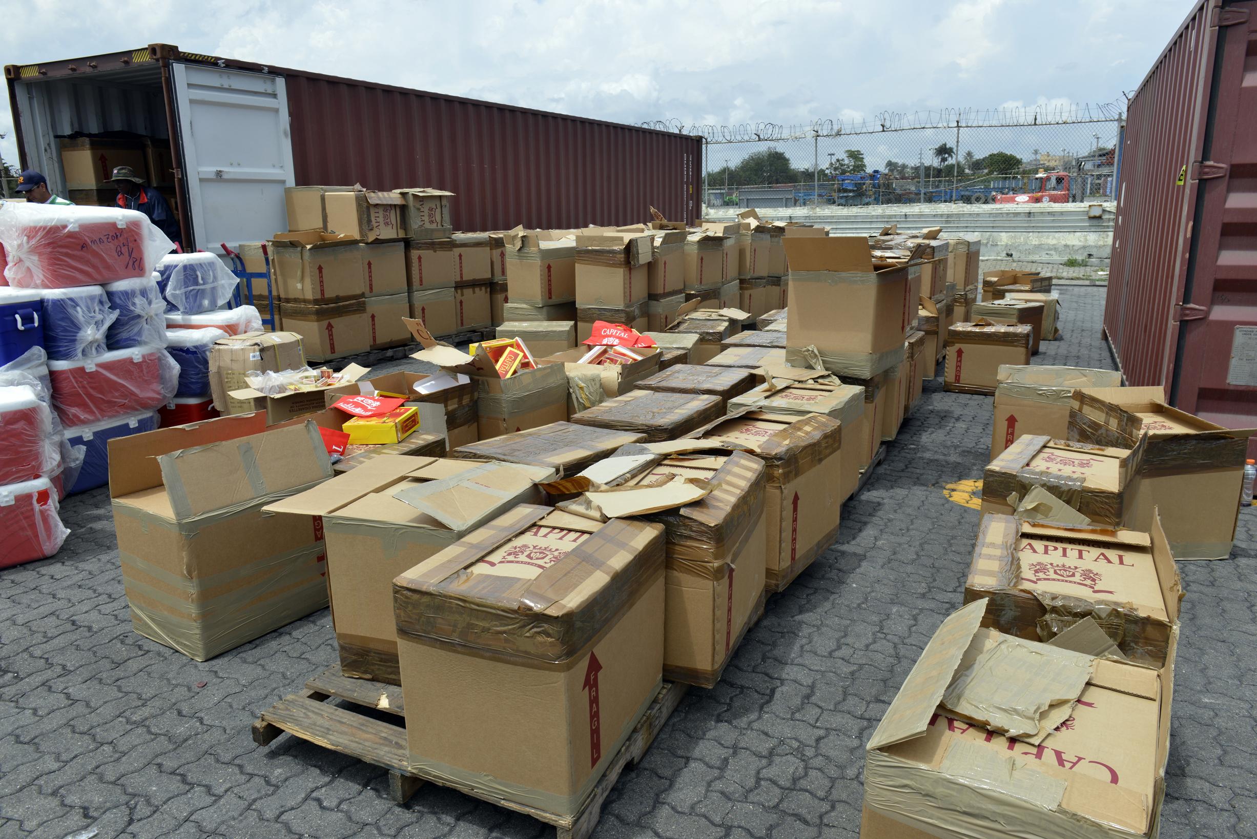 Aduanas incauta contrabando de whisky y cigarrillos en muelle de Haina oriental