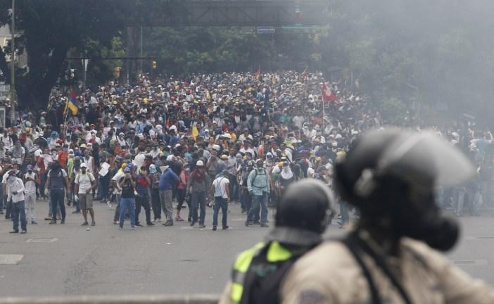 Miles de opositores marcharon en Venezuela entre estallidos de violencia