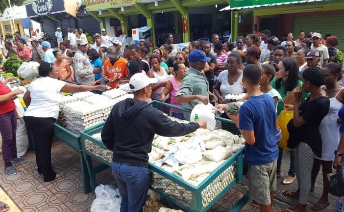 Residentes de Nizao compran comida barata en mercado del Inespre